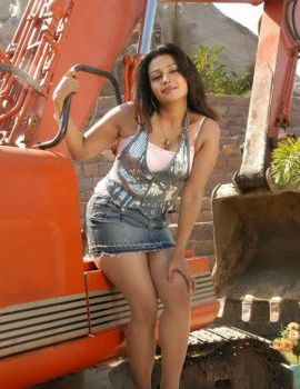 South Actress Asha Saini Showing Her Thighs