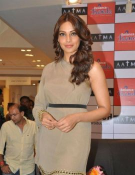 Bipasha Basu Promotes Film 'Aatma' At Reliance Trends in Mumbai