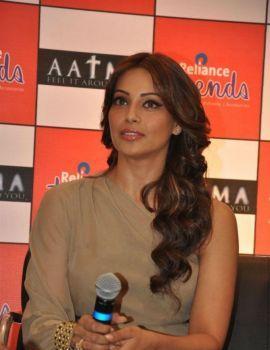 Bipasha Basu Promotes Film 'Aatma' At Reliance Trends in Mumbai