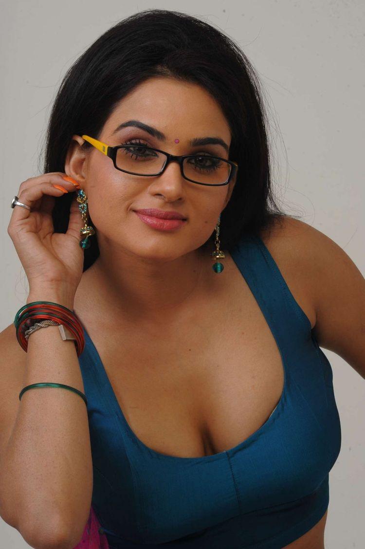 Kavya Singh Hot