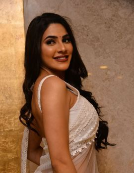 Nikki Tamboli in White Saree Photos from Kanchana 3 Movie Pre Release