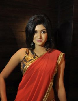 Oviya in Red Saree Stills at Madha Yaanai Koottam Audio Launch