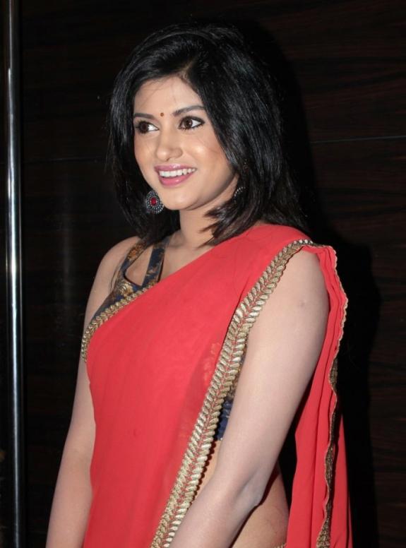 Oviya in Red Saree Stills at Madha Yaanai Koottam Audio Launch