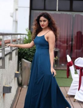 Sony Charishta in Blue Sleeveless Gown at Queens Lounge Cake Mix Event 2018