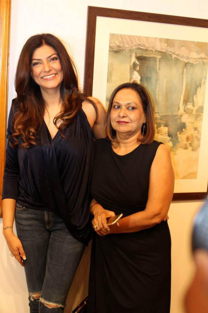 Sushmita Sen at The Late John Fernandes Art Show Inauguration