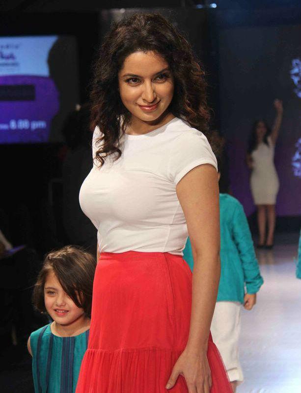 Tisca Chopra walk for Sonali Mansingka at India Kids Fashion Week