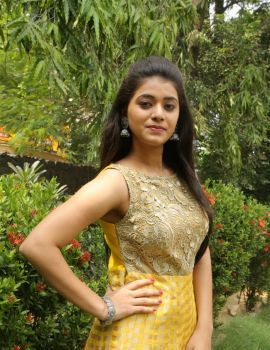 Yamini Bhaskar Stills at Munnodi Team Interview