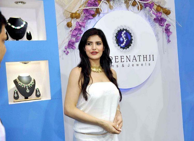 Zarine Khan at International Jewellery Exhibition 2011
